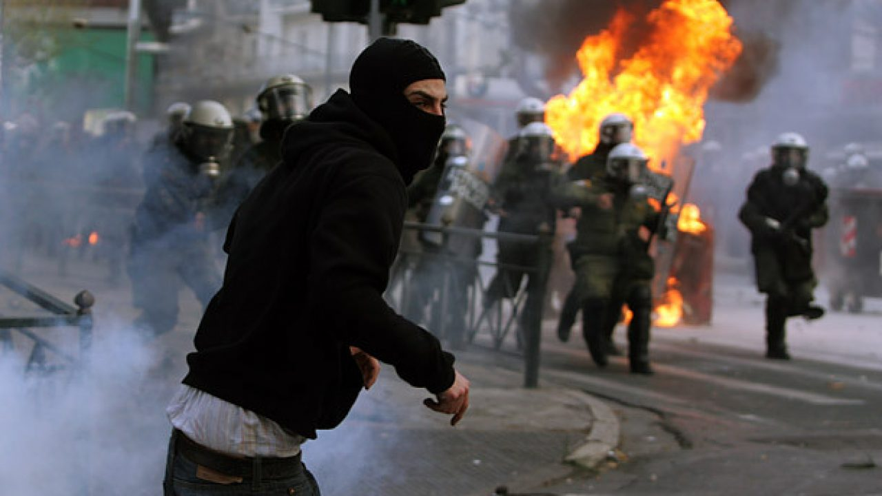 Kreeka vasakäärmuslased koguvad relvi