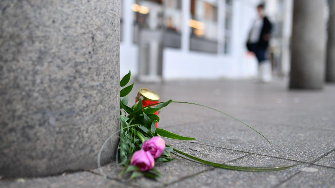 Flowers and a candle are placed on February 26, 2017 at the site where a man ploughed with a car into pedestrians the day before in Heidelberg, western Germany. One person was killed and two injured on February 25, 2017 when a man rammed a car into pedestrians, said police, adding that it did not appear to be a terror attack. After the crash, the driver, a 35-year-old German man, fled on foot armed with a knife on a busy city centre street but was shot and wounded by police.  / AFP PHOTO / dpa / Uwe Anspach / Germany OUT