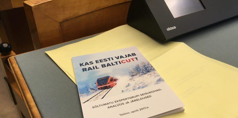 PUUST JA PUNASEKS: Konservatiivse Rahvaerakonna saadikud jagasid Riigikogus kolleegide harimiseks infobukletti Rail Balticu kohta