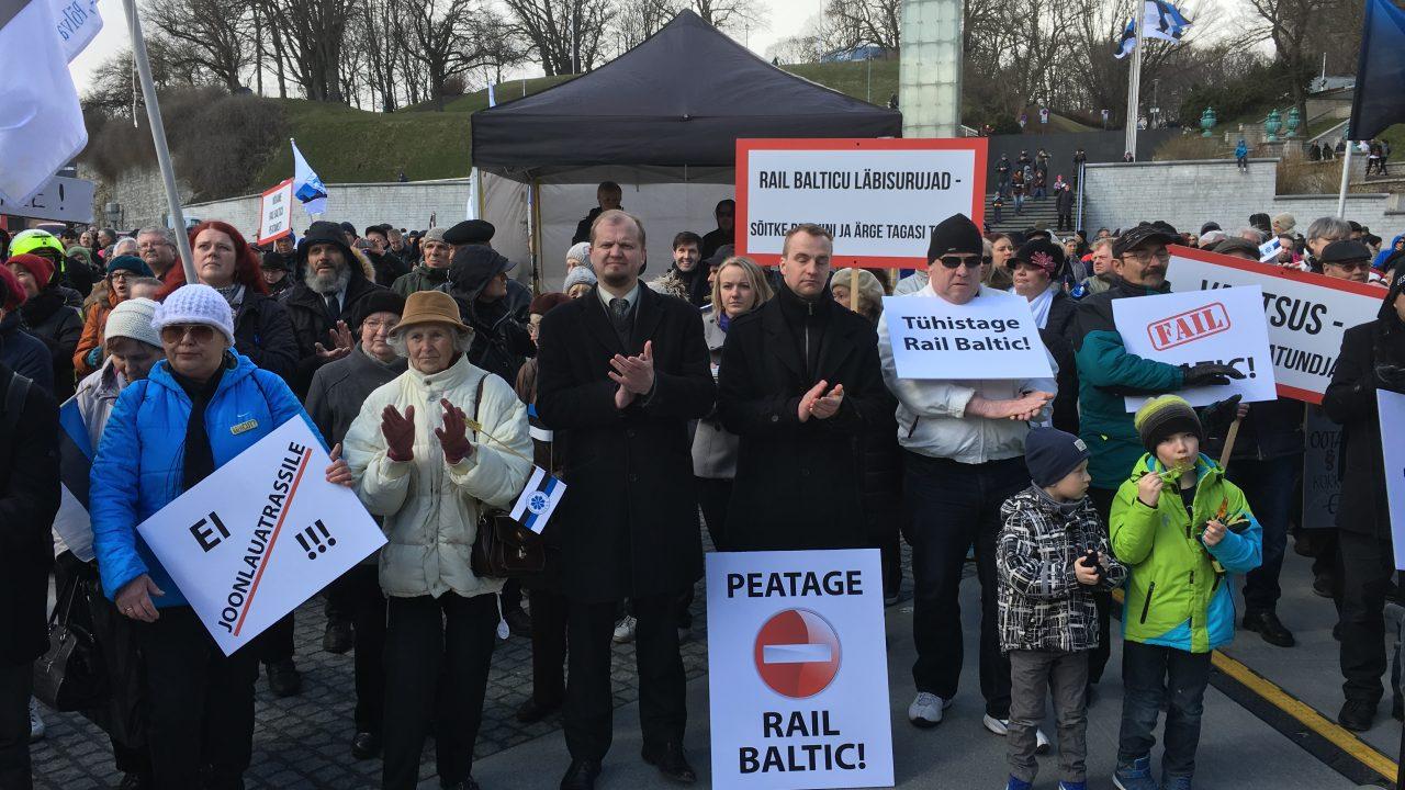 FOTOD: Rahvas nõuab Vabaduse väljakul Eestile kahjuliku Rail Balticu projekti peatamist