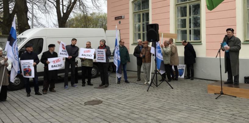 FOTOD: Riigikogu ees toimunud piketil nõuti Rail Balticu projekti peatamist