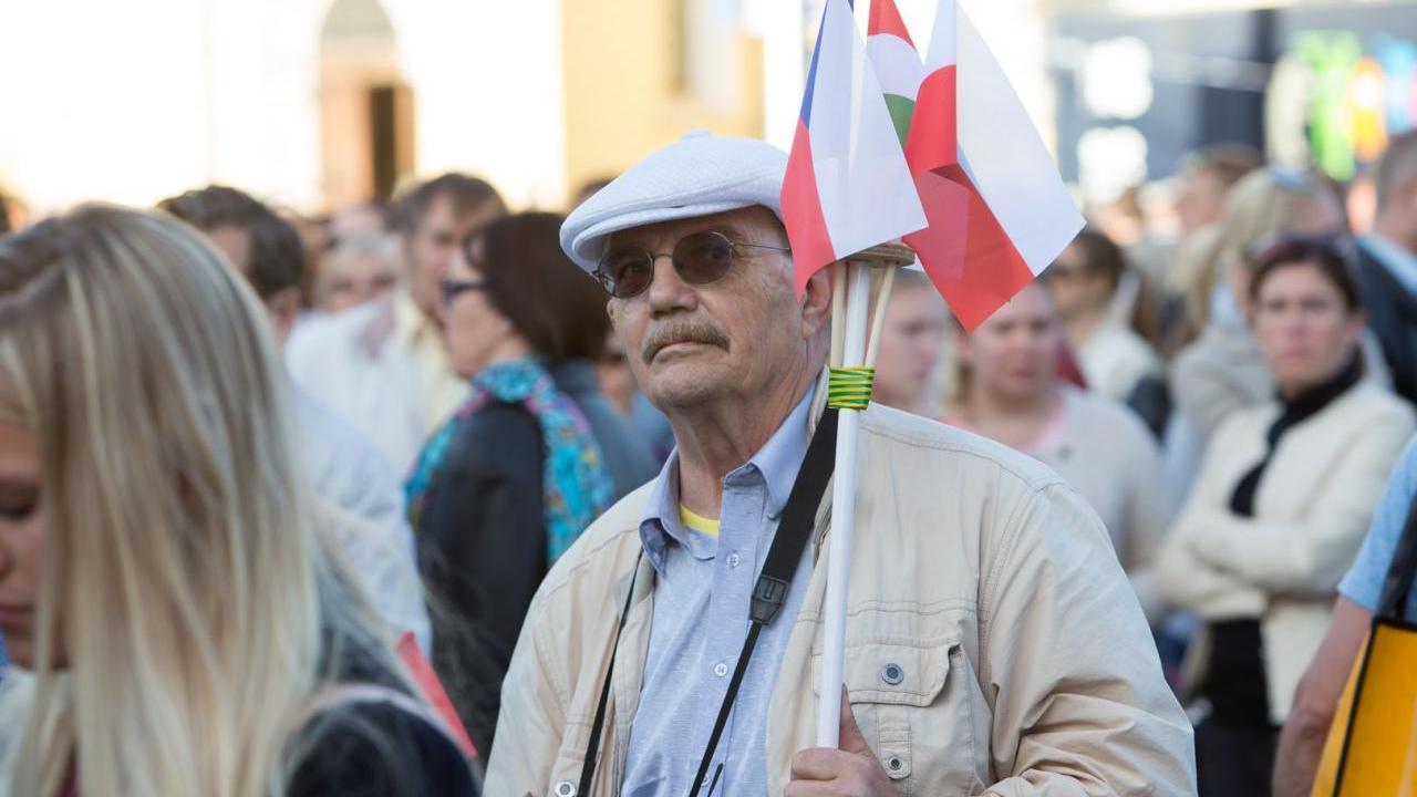 Rahvuskonservatiivsed tallinlased tervitasid Junckerit Ungari-Poola-Tšehhi lippude ja vilekooriga