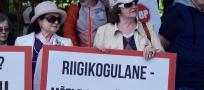 VIDEO JA GALERII: Rail Balticu pikett Riigikogu ees 19.06 – leping ratifitseeriti, aga võitlus jätkub