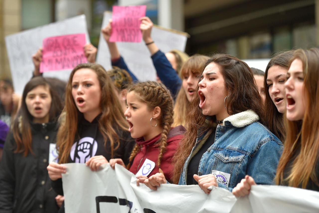 Noored naised protesteerivad vägivalla vastu, ajendiks 18-aastase neiu vägistamine Pamplona festivalil.
