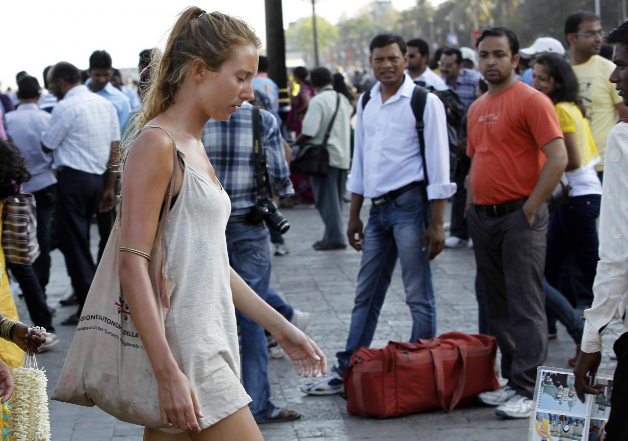 India mehed valget naist jälgimas.