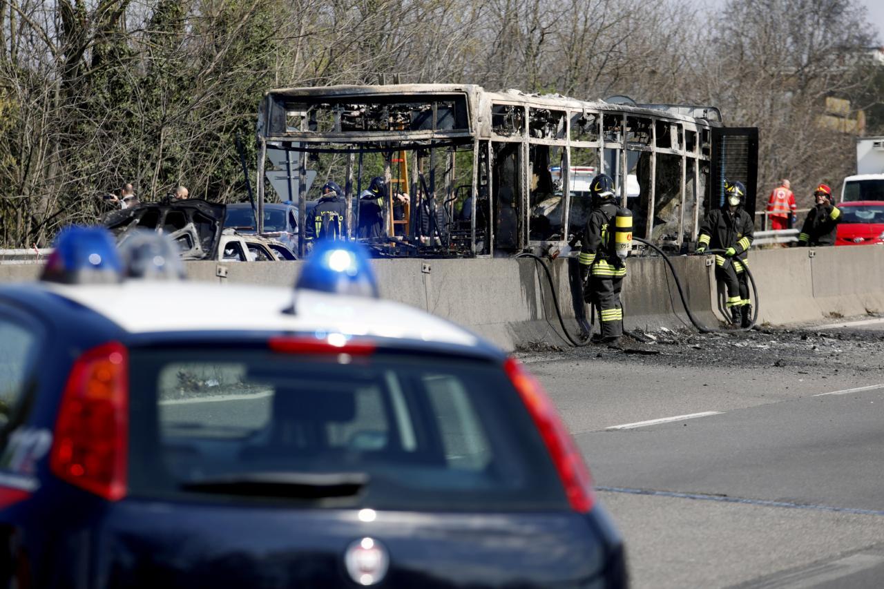 Pantvange võtnud aafriklane põletas Vahemere migrandisurmade vastu protestides koolibussi maha