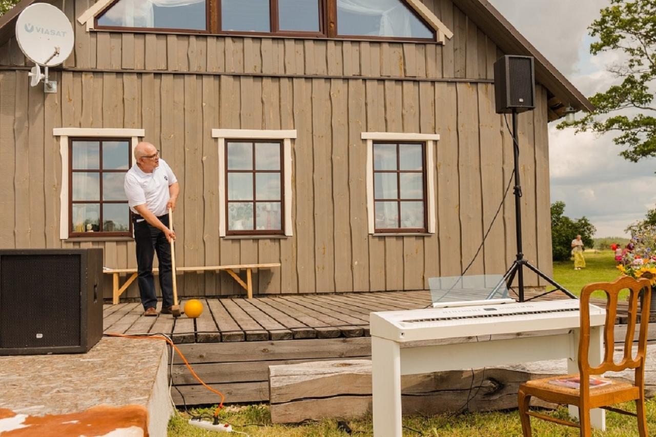 Maaeluminister Mart Järvik lõi golfilöögiga avatud talude päeva avatuks