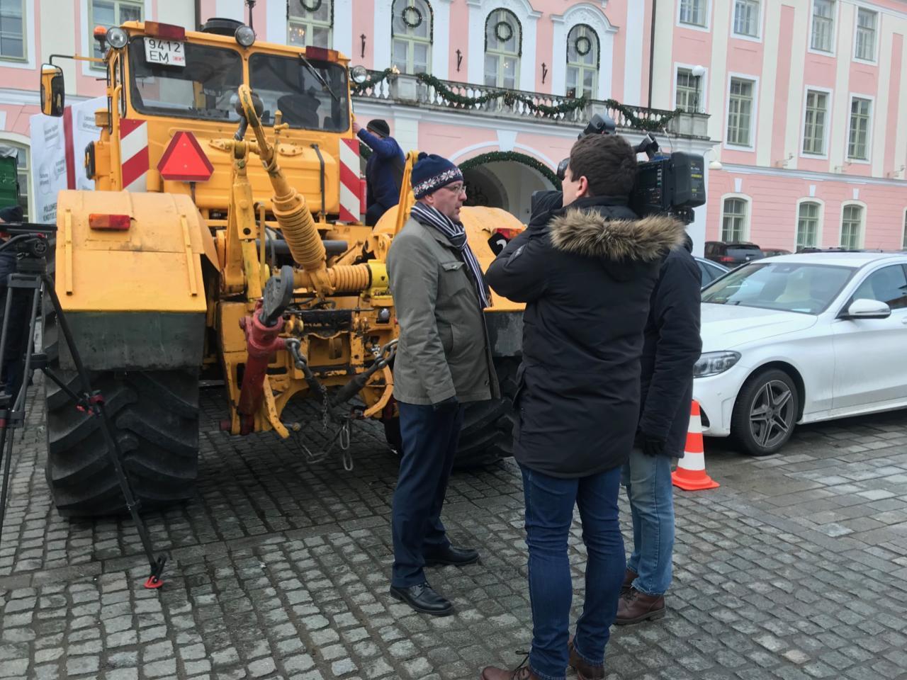 Põllumehed toetasid Martin Helmet Toompeal ja kinkisid Riigikogu liikmetele mängutraktorid